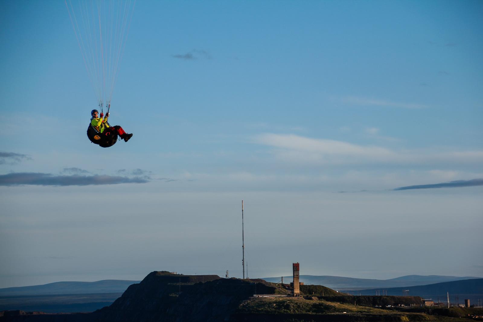 En paraglider svever over LKAB sitt anlegg i Kiruna