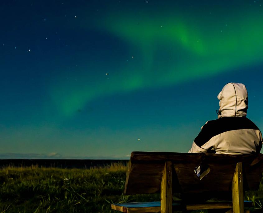 Et nordlysvarsel og en værmelding for skydekket. Denne kombinasjonen øker muligheten til å finne rett tidspunkt for å se nordlys.